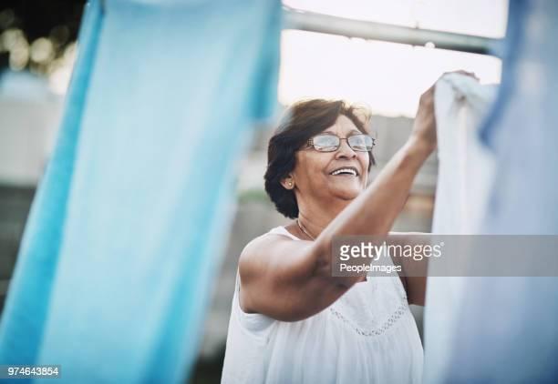 krijgen van haar huishoudelijk werk gedaan voor de dag - wassen stockfoto's en -beelden