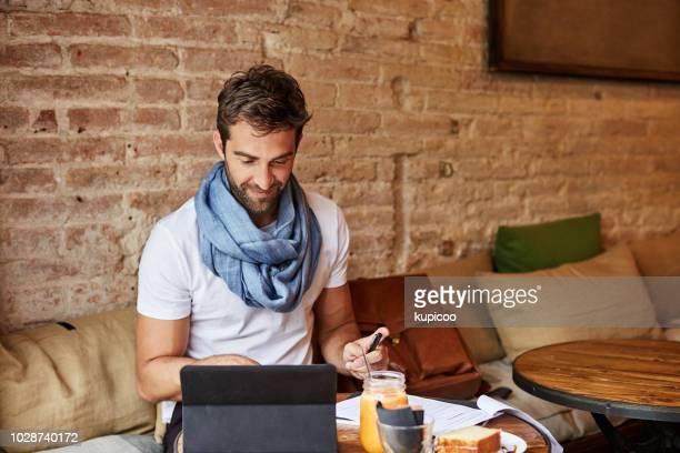 ローカルのコーヒー ショップで彼の仕事を得る
