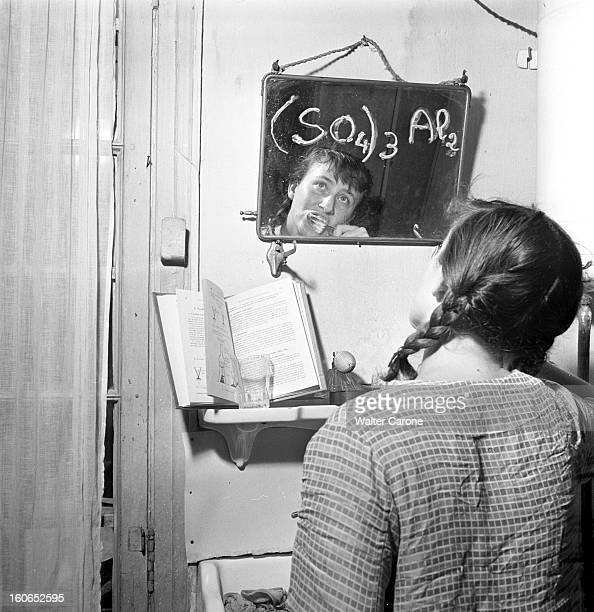 Getting Its Bac In 1949 Laurette COTTANCE 16 ans élève de première C au lycée Fénelon du VIème arrondissement de Paris chez elle se brossant les...