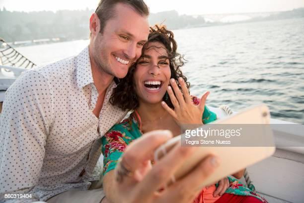 getting married with social media - prometido relación humana fotografías e imágenes de stock