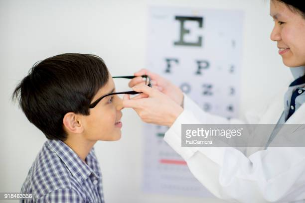 getting new glasses - eye test chart foto e immagini stock