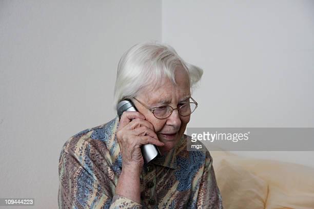 getting news - solo una donna anziana foto e immagini stock