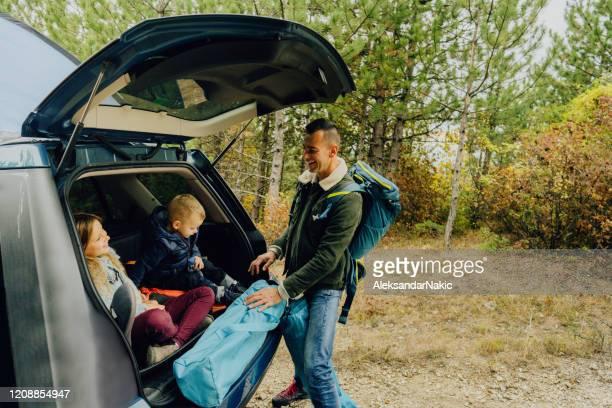 vorbereitung auf familiencamping - landfahrzeug stock-fotos und bilder