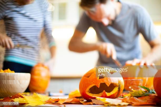 preparando-se para o halloween - halloween pumpkin - fotografias e filmes do acervo
