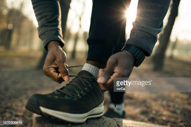 preparando - calzature nere foto e immagini stock