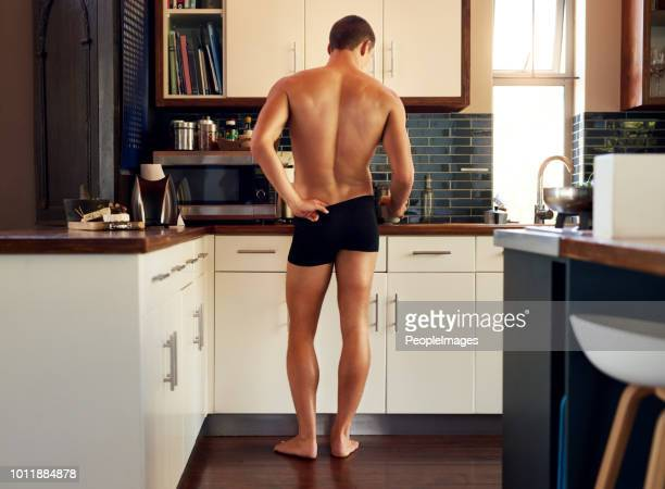 obtenir les préparations prises pour rendre le petit déjeuner - homme en slip photos et images de collection