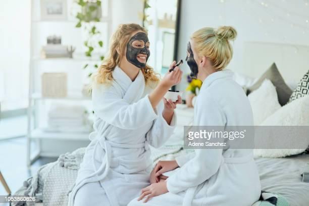 immer ihre verwöhnen auf - kosmetische behandlung stock-fotos und bilder