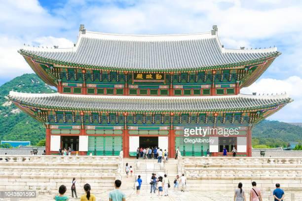 geunjeongjeon (throne hall) of the gyeongbokgung palace, against the backdrop of bugaksan mountain, seoul, south korea. - gyeongbokgung stock photos and pictures