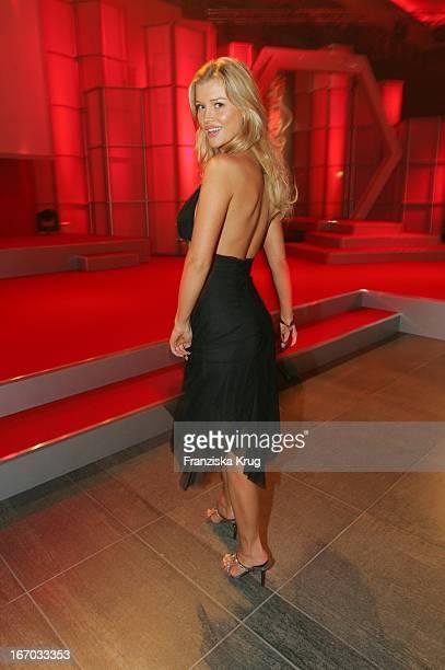 Gewinnerin In Der Kategorie Model Of The Year Joanna Krupa Bei Ankunft Zur Preisverleihung Woman Of The Year 2004 Gala In Der Ullstein Halle Der Axel...