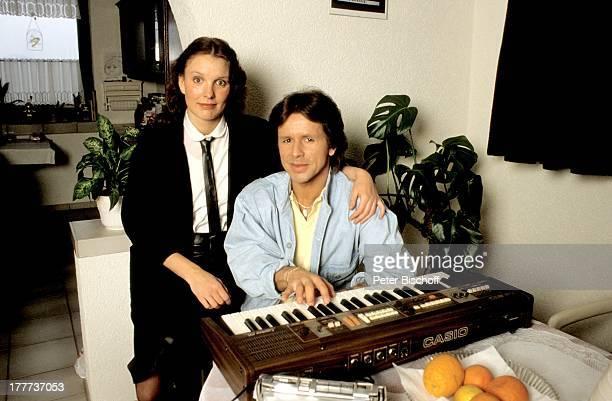 GGAnderson Freundin Monika Homestory Eschwege bei Göttingen Deutschland Europa Wohnzimmer Musikinstrument Keyboard Musik spielen umarmen komponieren...