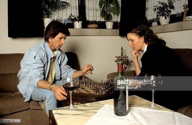 GGAnderson Freundin Monika Homestory Eschwege bei Göttingen Deutschland Europa Wohnzimmer umarmen Glas Rotwein Flasche Getränk Schach spielen...