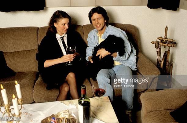 GGAnderson Freundin Monika Pudel Fips Homestory Eschwege bei Göttingen Deutschland Europa Wohnzimmer Glas Rotwein Flasche Getränk Alkohol Wein...
