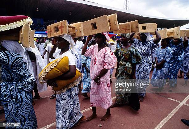 Stools being carried in a procession to the silver Jubilee ceremony of the Ashantehene