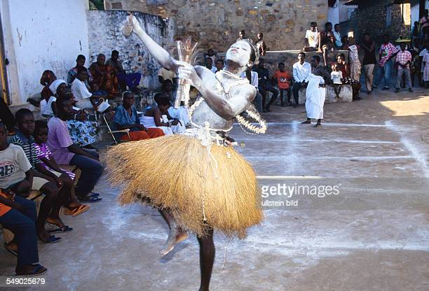 The young witch hunter is dressed in the war attire of Nana Akonodi and goes on his search for witches - walking through alleys, dancing wildly,...