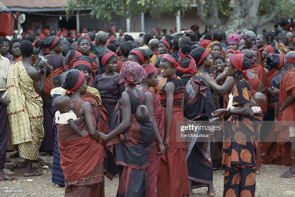 Group of women carrying babies on their backs at Ashanti funeral : ニュース写真