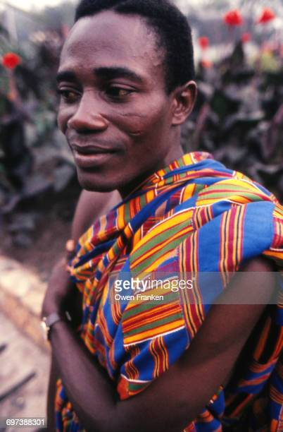 ghana-ashanti man with kente cloth - kente fotografías e imágenes de stock