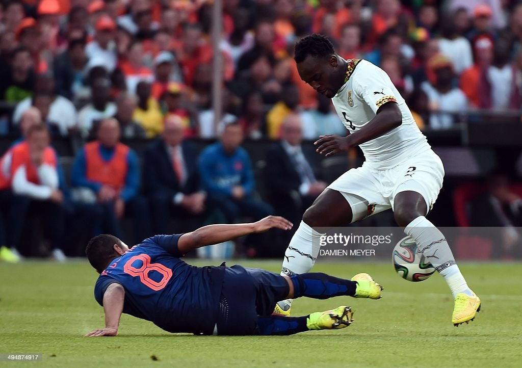 Ghana's midfielder Michael Essien (R) vies with Netherlands' midfielder Jonathan De Guzman during the international friendly football match Netherlands against Ghana on may 31, 2014 at the Kuip Stadium in Rotterdam.