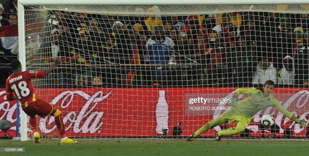 Ghana's striker Dominic Adiyiah (L) miss : News Photo