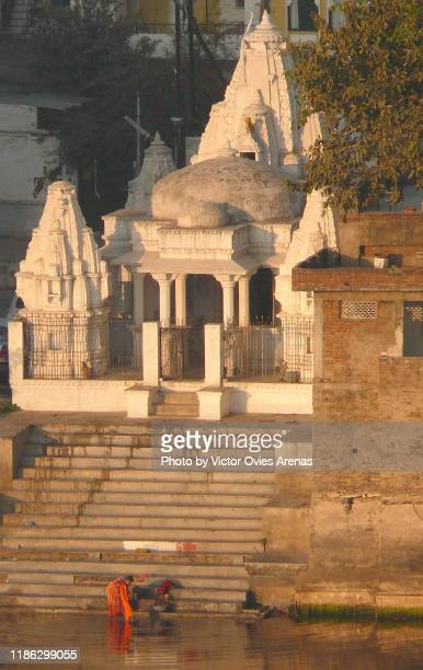 ghat and temple at sunrise in udaipur, rajasthan, india - victor ovies fotografías e imágenes de stock
