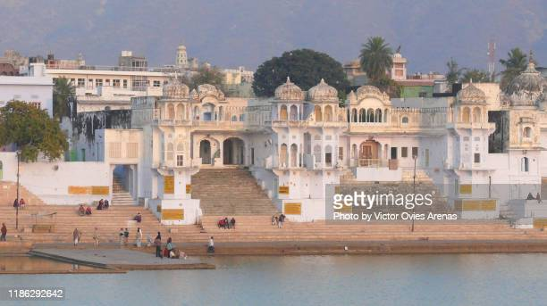 ghats and temples at sunset in, pushkar, rajasthan, india - victor ovies fotografías e imágenes de stock