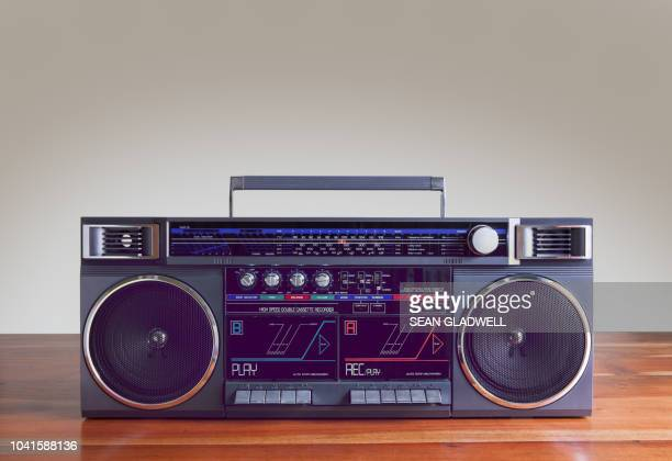ghetto blaster on table - 1980 fotografías e imágenes de stock