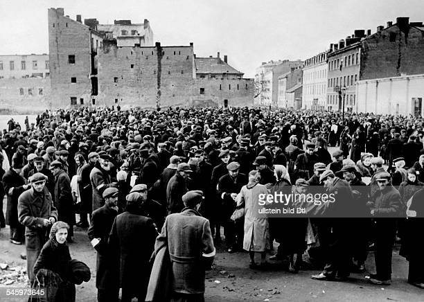Ghetto Warsaw persecution of the Jews market the inhabitants wearing the white armband with blue 'Davidstern' 1941 Photographer PresseIllustrationen...
