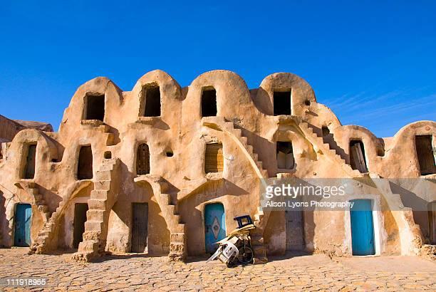 ghorfas - tunesien stock-fotos und bilder