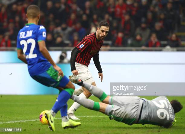 Giacomo Bonaventura of AC Milan shoots and misses a chance on goal during the Serie A match between AC Milan and US Sassuolo at Stadio Giuseppe...
