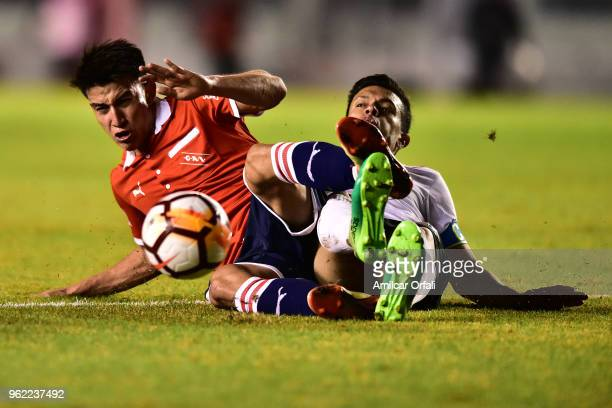 Giacomo Di Giorgio of Deportivo Lara and Fernando Gaibor of Independiente compete for the ball during a match between Independiente and Deportivo...