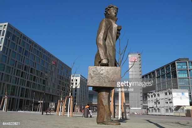 Giampaolo Talani stellte am Dienstag seinKunstwerk Abreise vor dem Hauptbahnhof Berlin auf