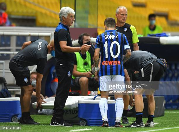 Gian Piero Gasperini head coach of Atalanta BC issues instructions to Alejandro Gomez of Atalanta BC during the Serie A match between Parma Calcio...
