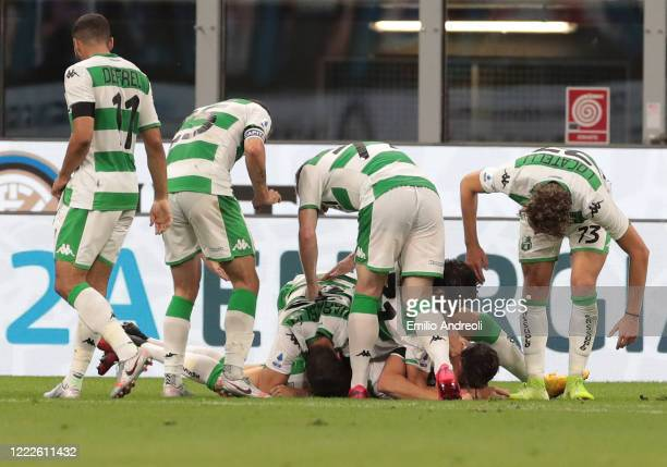 Giangiacomo Magnani of US Sassuolo celebrates his goal with his teammates during the Serie A match between FC Internazionale and US Sassuolo at...