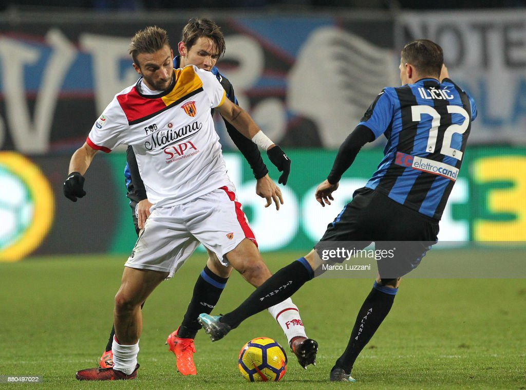Gianluca Di Chiara (L) of Benevento Calcio competes for the ball with Josip Ilicic of Atalanta BC during the Serie A match between Atalanta BC and Benevento Calcio at Stadio Atleti Azzurri d'Italia on November 27, 2017 in Bergamo, Italy.