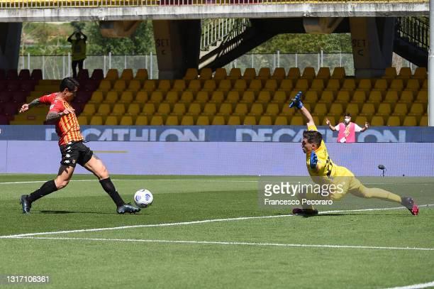 Gianluca Lapadula of Benevento Calcio scores the 1-1 goal during the Serie A match between Benevento Calcio and Cagliari Calcio at Stadio Ciro...
