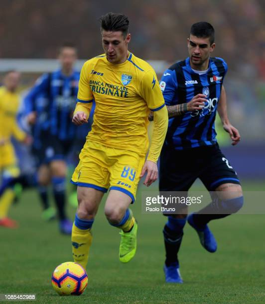 Gianluca Mancini of Atalanta BC competes for the ball with Andrea Pinamonti of Frosinone Calcio during the Serie A match between Frosinone Calcio and...