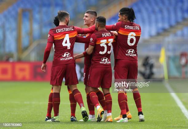 Gianluca Mancini of Roma celebrates with team mates Bryan Cristante, Bruno Peres and Chris Smalling after scoring their side's first goal during the...