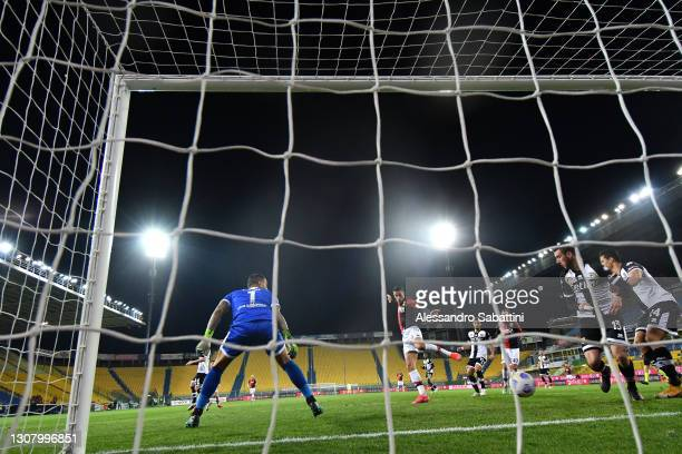 Gianluca Scamacca of Genoa CFC scores a goal to make it 1-1 during the Serie A match between Parma Calcio and Genoa CFC at Stadio Ennio Tardini on...