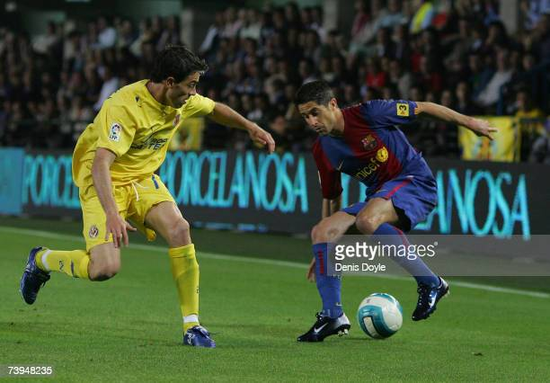 Gianluca Zambrotta of Barcelona is marked by Javi Venta of Villarreal during the Primera Liga match between Villarreal and Barcelona at the Madrigal...