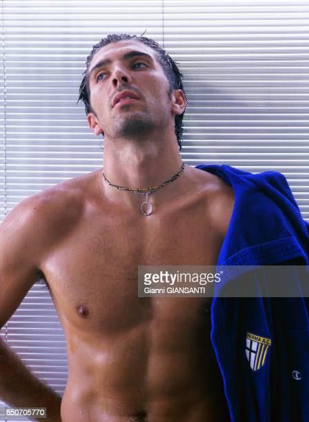 Gianluigi Buffon lors d'une séance pour le calendrier Donna Moderna à Parme le 30 aout 2000 Italie