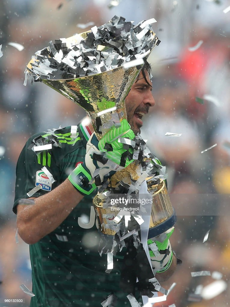 Gianluigi Buffon of Juventus FC lifts the Serie A trophy in his last match for the club as he celebrates winning the championship with team-mates at the end of the serie A match between Juventus and Hellas Verona FC at Allianz Stadium on May 19, 2018 in Turin, Italy.