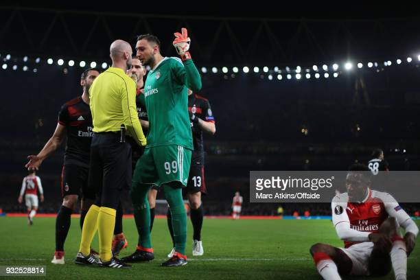 Gianluigi Donnarumma of AC Milan and team mates protest as the extra official awards a penalty for a foul on Danny Welbeck of Arsenal during the UEFA...