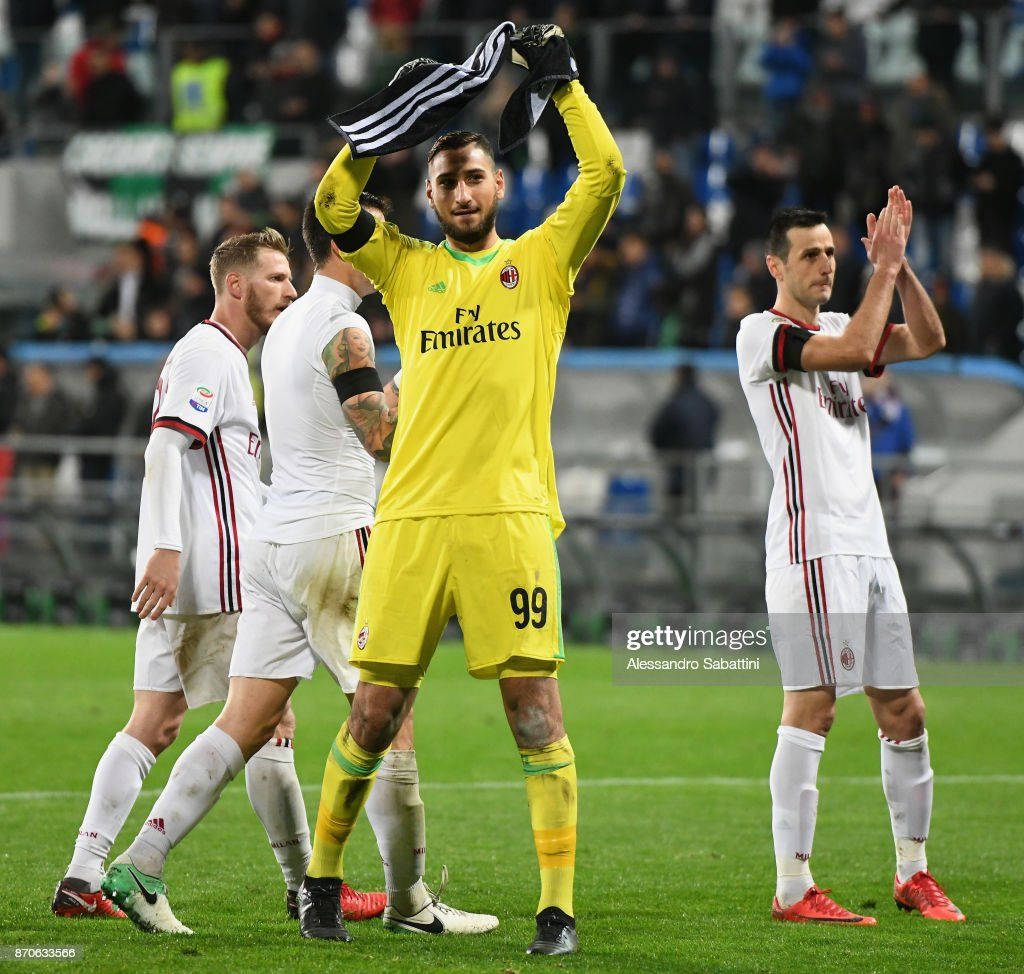 Gianluigi Donnarumma of AC Milan celebrate the victory at the end the Serie A match between US Sassuolo and AC Milan at Mapei Stadium - Citta' del Tricolore on November 5, 2017 in Reggio nell'Emilia, Italy.