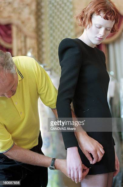 Gianni Versace Prepares The Show Of His Collection Couture Fallwinter 19971998 A Paris en juillet 1997 dans un salon de son atelier peu de temps...