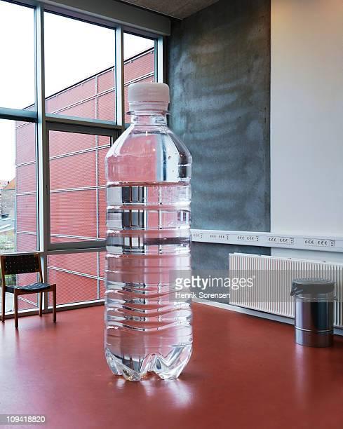 giant bottle of water standing inside - surdimensionné photos et images de collection