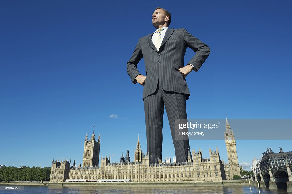 Giant Homme d'affaires qui surplombe le palais de Westminster, à Londres : Photo