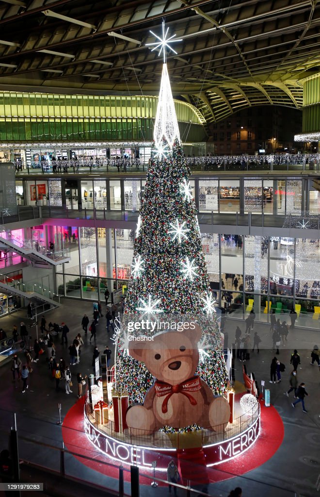 A Giant Decorated Christmas Tree Stands Tall Inside The Forum Des News Photo Getty Images