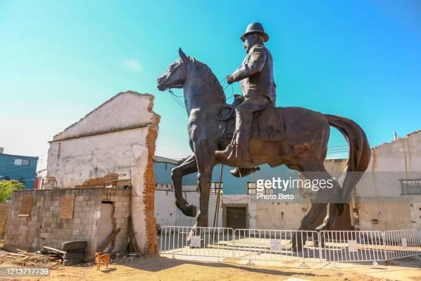 パラル市のパンチョ大将ヴィラの巨大な馬術記念碑 - メキシコ北部 ストックフォトと画像