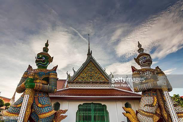 giant gatekeepers at wat arun - anton petrus stock pictures, royalty-free photos & images