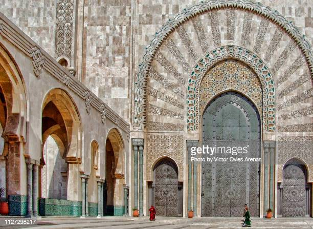 giant gates and archades of the mosque hassan ii in casablanca, morocco - victor ovies fotografías e imágenes de stock