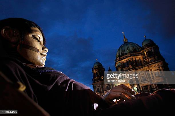 A giant marionette sleeps in the Lustgarten on October 2 2009 in Berlin Germany The French street theater company Royal de Luxe is an openair...